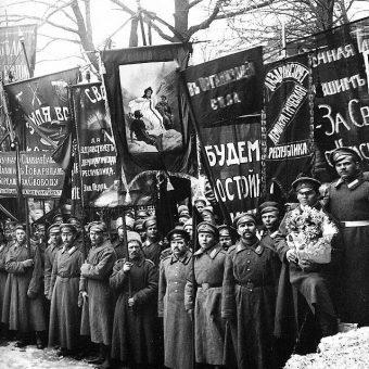 Organizacja pogrzebu ofiar rewolucji zajęła prawie miesiąc.