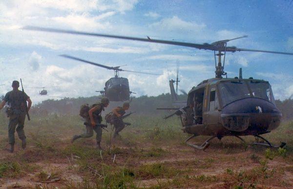 Wojna wietnamska z perspektywy pilota była nie mniej krwawa, niż dla żołnierzy walczących na lądzie. Na zdjęciu śmigłowce US Navy na polu walki (1966).