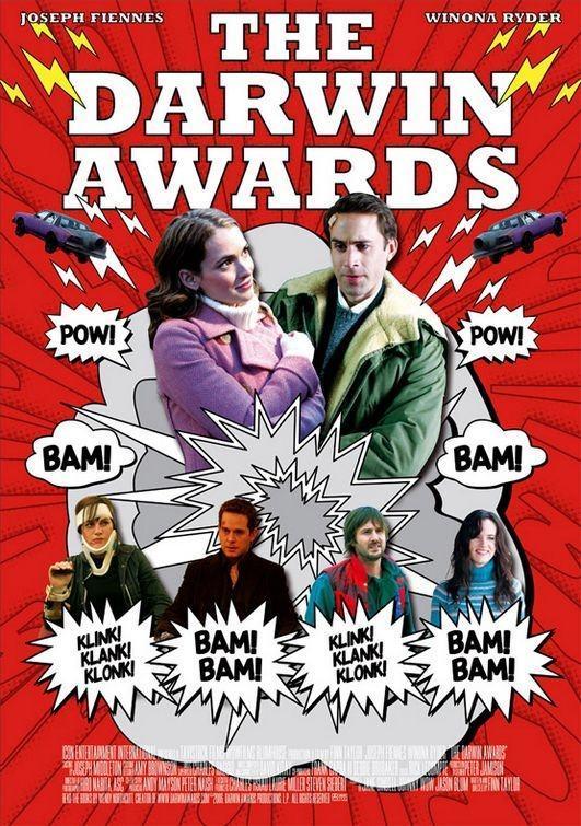 """Nagroda Darwina ma na celu """"upamiętniać osoby, które przyczyniły się do przetrwania naszego gatunku w długiej skali czasowej, eliminując swoje geny z puli genów ludzkości w nadzwyczaj idiotyczny sposób"""". Plakat czarnej komedii pod tytułem """"Nagrody Darwina"""" z 2006 roku."""