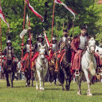 Jarmark Świętojański jak co roku będzie obfitował w historyczne atrakcje. Na zdjęciu konni rycerze podczas zeszłorocznej edycji imprezy.