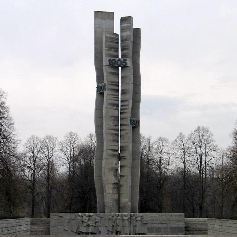 Walkę powstańców upamiętnia wzniesiony w Łodzi pomnik.