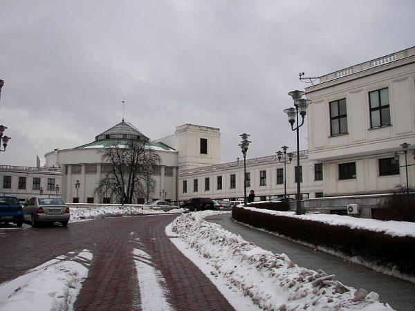 Na skutek kolejnych afer i skandali, w których uczestniczyli posłowie i senatorzy, poparcie dla Sejmu gwałtownie spadło.