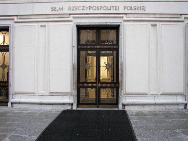 Prawdziwą plagą podczas I kadencji Sejmu i Senatu okazała się skłonność szeregu posłów i senatorów do nadużywania alkoholu.