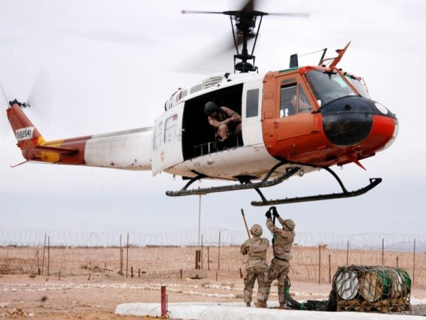 """UH-1 jest powszechnie znany z wojny w Wietnamie, gdzie służył jako śmigłowiec transportowy, wsparcia powietrznego oraz medycznego. Na zdjęciu """"Huey"""" podczas akcji na półwyspie Synaj."""