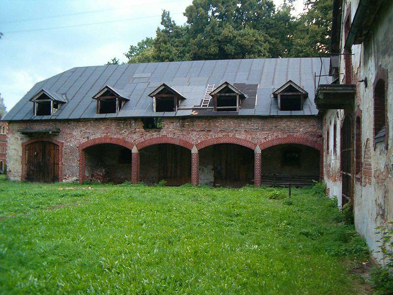 Folwark składał się z dworu, oraz zabudowań gospodarczych, takich jak obory czy stajnie. Na zdjęciu wozownia pałacu w Krowiarkach.