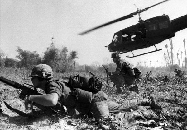 Bitwa w dolinie Ia Đrăng była pierwszą bitwą lądową w czasie wojny wietnamskiej, w której udział wzięły regularne wojska Armii Wietnamu Północnego i Armii Stanów Zjednoczonych. Na zdjęciu desant żołnierzy na Ia Đrăng (listopad 1965).