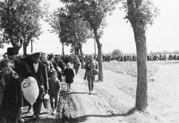 Mieszkańcy różnych części Polski byli wysiedlani od początku wojny. Na zdjęciu wygnańcy z wcielonej do III Rzeszy Wielkopolski, 1939 rok.