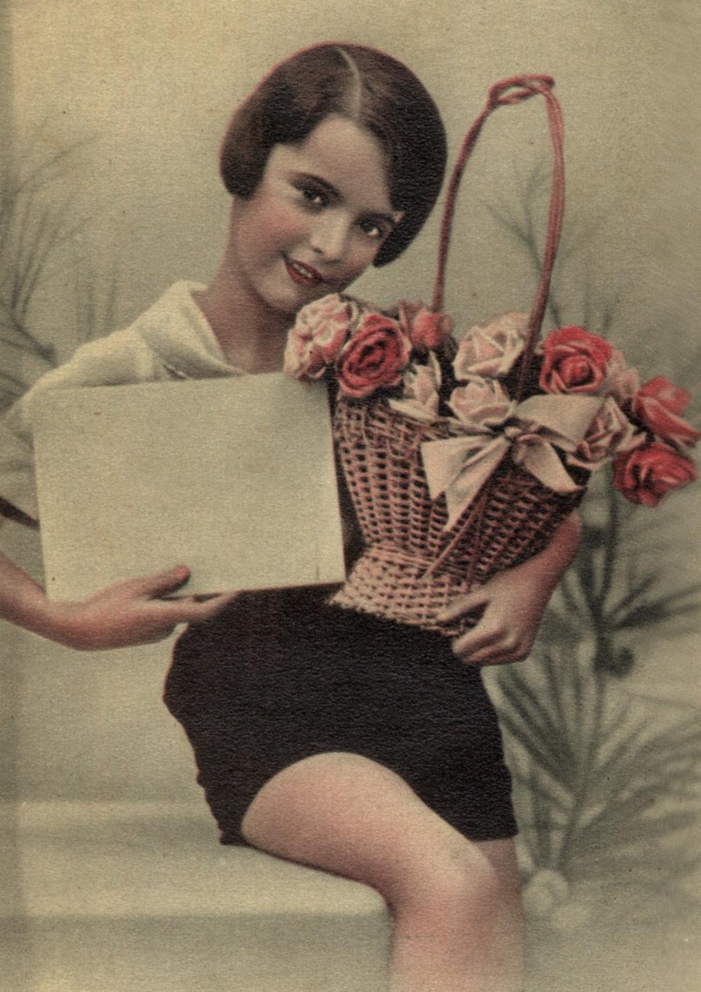 Dziewczynka z koszem róż. Fragment przedwojennej pocztówki
