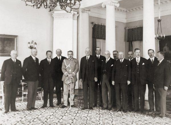 Wywiady udzielane przez Józefa Piłsudskiego po objęciu przez niego funkcji premiera dobitnie pokazywały jego pogardę do istniejącego systemu parlamentarnego. Na zdjęciu rząd Marszałka utworzony 25 sierpnia.