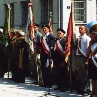 Jasło 3 sierpnia 2003. Weterani AK na uroczystości w 60 rocznicę opanowania jasielskiego więzienia i odsłonięcie pomnika w Hołdzie Żołnierzom Armii Krajowej. (fot. Andrzejwojciechowski, lic. CCA SA 3.0)
