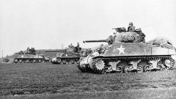 """Amerykańskie czołgi M4 nazywano czasem """"zapalniczkami"""", sugerując ich wyjątkową łatwopalność."""