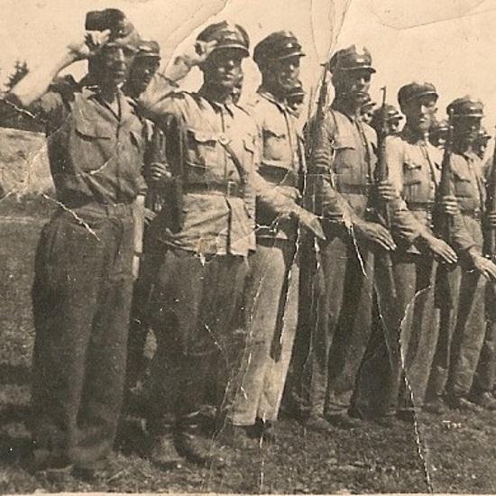 Oddział Milicji Obywatelskiej ustawiony do przeglądu. Pogórze Dynowskie 1946 rok z okresu walk z bandami UPA i tzw. polskim zbrojnym podziemiem. Ze zbiorów własnych M. Zych (fot. domena publiczna)
