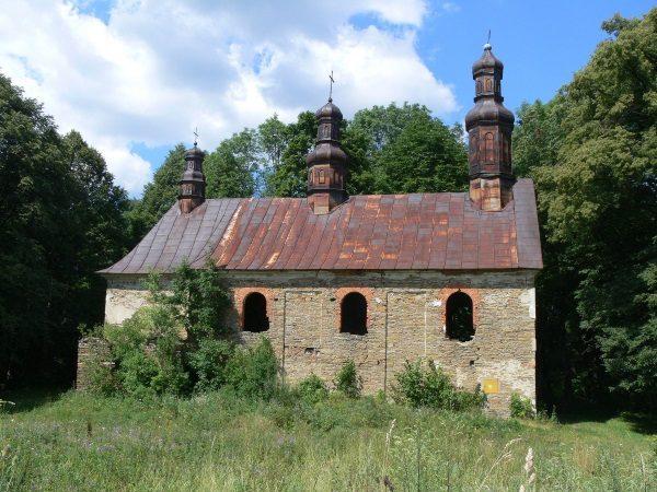 Opuszczona i zniszczona cerkiew greckokatolicka w nieistniejącej już wsi Królik Wołoski (fot. APN-PL, lic. CC BY-SA 4.0)