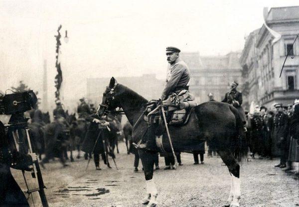 Polityczna walka z endecją zakładała ponadpartyjność Piłsudskiego. Na zdjęciu marszałek w trakcie defilady na placu Saskim (1926).