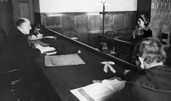Sędzia przesłuchujący kobietę w sądzie grodzkim w Krakowie