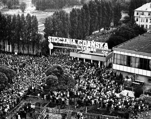 """""""Solidarność"""" przyciągała ludzi o bardzo różnych poglądach, pochodzących z różnych warstw społecznych. Na zdjęciu strajk w Gdańsku w sierpniu 1980 roku."""