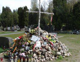 Tymczasowe miejsce pamięci w Kwaterze na Łączce w 2014 r. (fot. Piotr Kononowicz, lic. CC BY-SA 3.0)