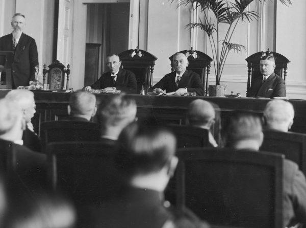 Zjazd Zrzeszenia Sędziów i Prokuratorów RP, 1932 rok. Na sali rzecz jasna sami mężczyźni