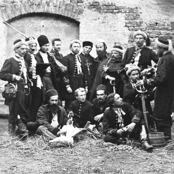 """Armia powstańcza składała się z wielu partii, czyli oddziałów. Jednym z nich było zgrupowanie Jana Żalplachty. Na ilustracji oddział """"Żuawi śmierci"""" w 1863 roku."""