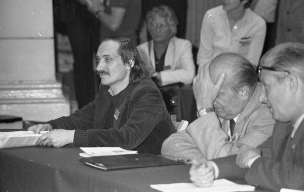 """Antoni Macierewicz był założycielem KOR-u, współtworzył też """"Solidarność"""". Zdjęcie z czerwca 1981 roku, I Walne Zebranie Delegatów NSZZ """"Solidarność"""" Regionu Mazowsze. Materiał pochodzi z książki """"Antoni Macierewicz. Biografia nieautoryzowana""""."""