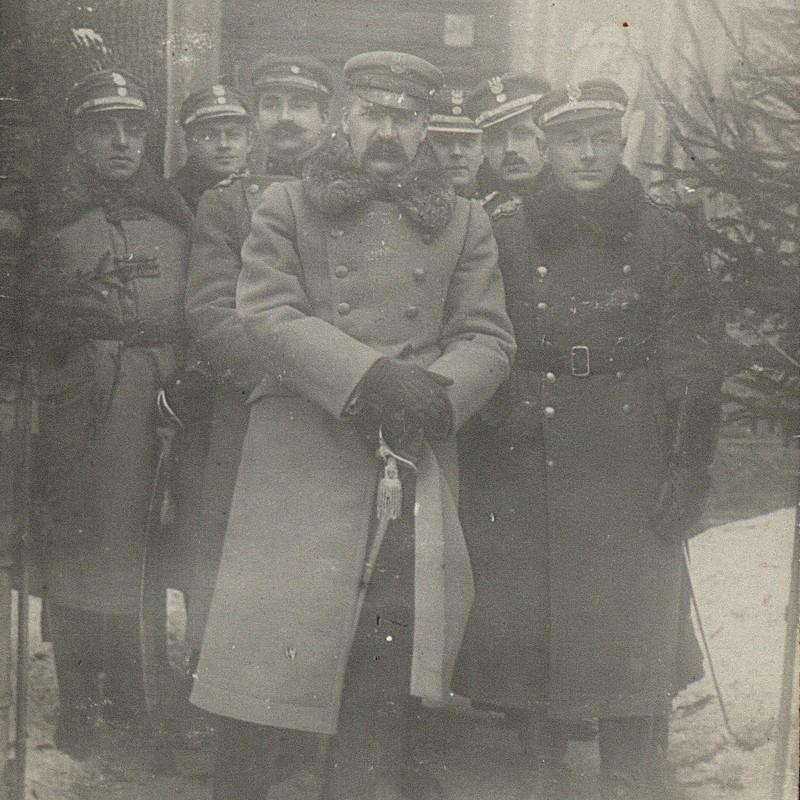 Józef Piłsudski oraz Edward Rydz-Śmigły w trakcie spotkania z oficerami łotewskimi oficerami. Dyneburg, styczeń 1920.