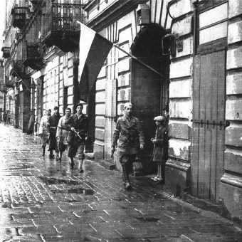 """Powstanie rozpoczęło się o godzinie 17.00, oznaczonej jako godzina """"W"""". Na zdjęciu patrol porucznika """"Agatona"""" z batalionu """"Pięść"""" na placu Kazimierza Wielkiego."""