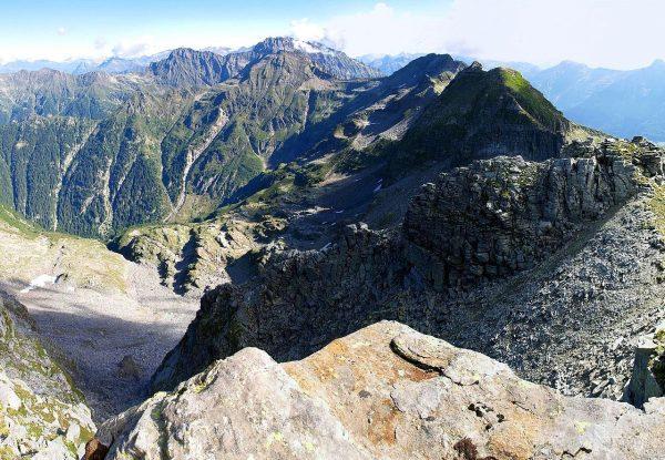 Przełęcz położona jest w Alpach Lepontyńskich. Widok na Pizzo di Claro.
