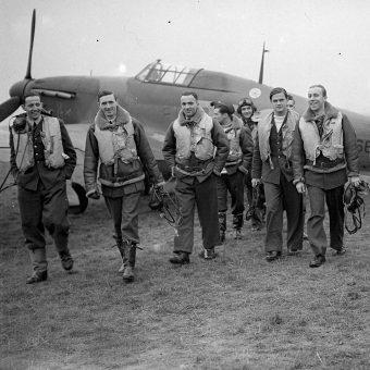 Piloci dywizjonu 303 w październiku 1940 roku.