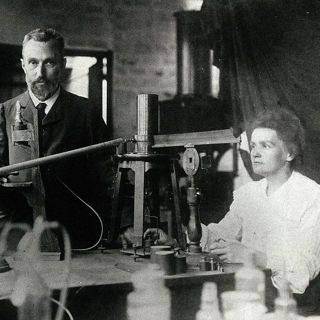 Maria Skłodowska-Curie i Piotr Curie nie tylko odkryli dwa nowe pierwiastki, ale także opracowali metodę badania ich radioaktywności.