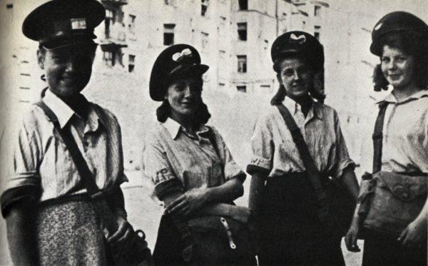 Kobiety w powstaniu zmagały się z wieloma problemami. Na zdjęciu harcerska poczta polowa.