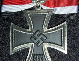 Krzyż żelazny z liśćmi dębu- jedno z odznaczeń nadanych H. Hoppe.