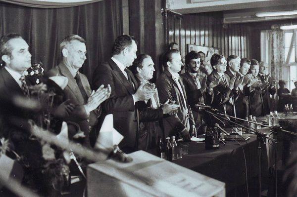 Mity polityczne szczególnie łatwo powstają w czasach przemian, takich jak te zapoczątkowane podpisaniem porozumień sierpniowych. Na zdjęciu Międzyzakładowy Komitet Strajkowy i komisja rządowa w Szczecinie w 1980 roku.