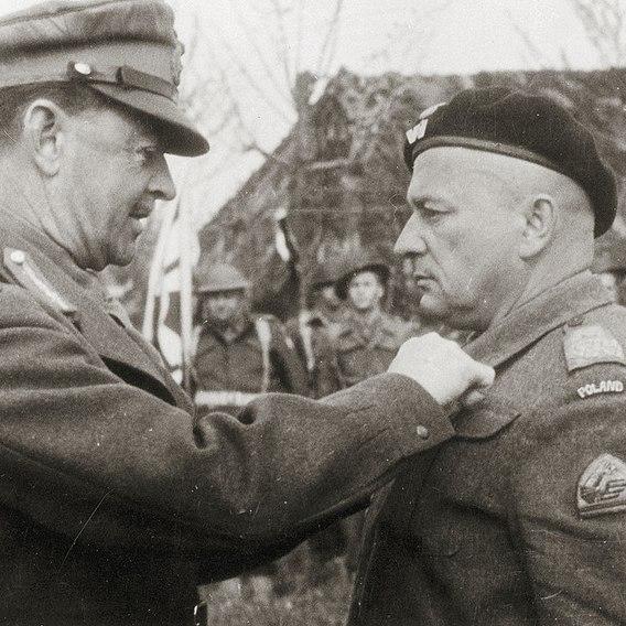 Brytyjski generał H. Alexander dekoruje generała B. Rakowskiego po bitwie o Ankonę.