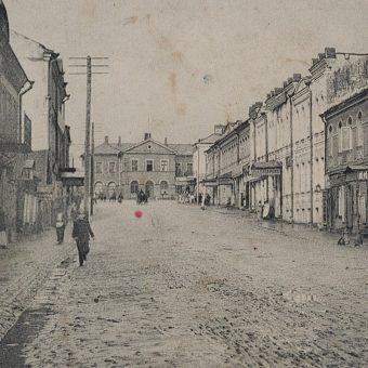 Ulica Rygska oraz stacja kolejowa w Dźwińsku. Fragment pocztówki z 1915 rok.