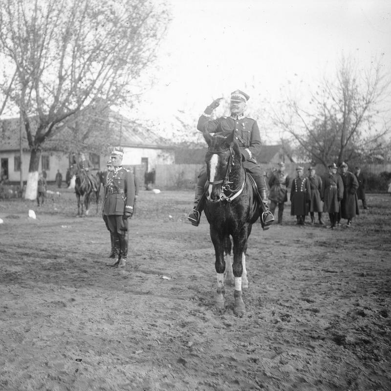 Generał Daniel Konarzewski przyjmuje defiladę.