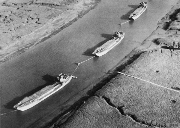 Aby podtrzymać iluzję przygotowań do lądowania, alianci rozmieszczali fałszywe barki desantowe w miejscach, na które chcieli zwrócić uwagę Niemców.