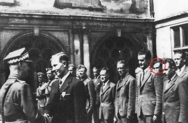 Leonard Szczęsny Zub-Zdanowicz (na zdjęciu w ramce) przed wydarzeniami pod Borowem zasłużył się dla Polski między innymi jako cichociemny. Zdjęcie przedstawia dekorację podporucznika Michała Fijałki orderem Virtuti Militari 28 sierpnia 1942 roku.