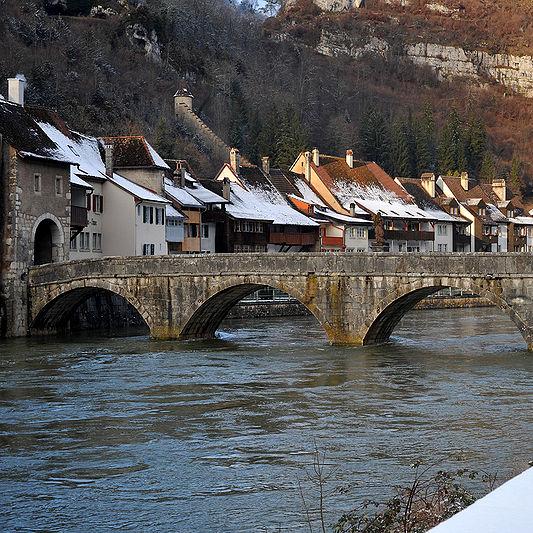 Widok na most na rzece Doubs.