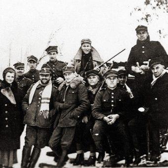 Major H. Hubal z żołnierzami.