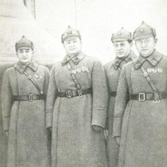 Drugi od prawej Jona Jakir.
