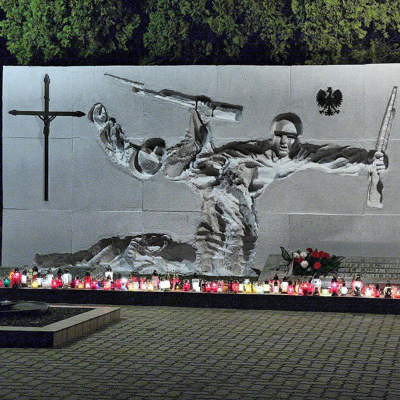 Pomnik na cmentarzu w Kałuszynie upamiętniający poległych żołnierzy.