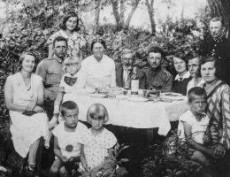 Majówka 1933 roku w Zasmykach, które stały się później jednym z najważniejszych ośrodków polskiego oporu przeciw wystąpieniom ukraińskich nacjonalistów (fot. materiały prasowe wydawnictwa Znak Horyzont)