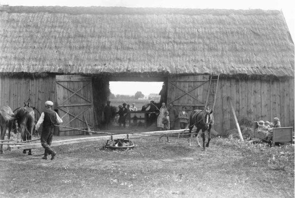 Osada krechowiecka na Wołyniu, młockarnia (fot. materiały prasowe wydawnictwa Znak Horyzont)