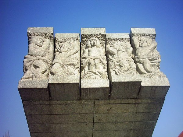 Pomnik Dzieci Glogowskich upamiętniający przywiązanie do niemieckich machin oblężniczych dzieci mieszkańców Głogowa. Należy jednak pamiętać, że nie ma żadnego bezpośredniego dowodu, że zakładnikami rzeczywiście były dzieci.