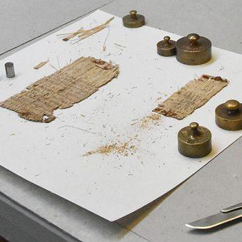Prace konserwatorskie prowadzone na papirusie Galena (fot. Uniwersytet w Bazylei)