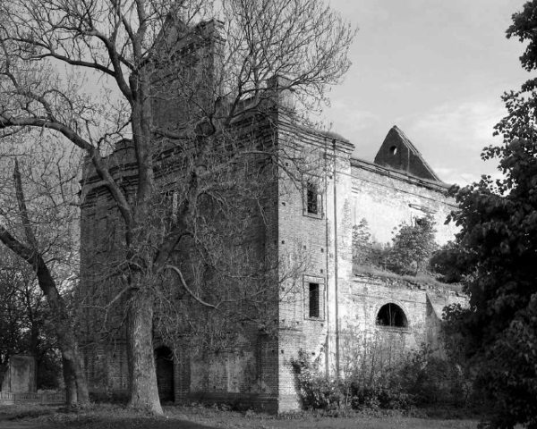 Ruiny polskiego kościoła w Kisielinie (fot. materiały prasowe wydawnictwa Znak Horyzont)
