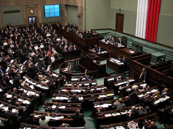Sala obrad plenarnych polskiego sejmu (fot. Piotr VaGla Waglowski, lic. domena publiczna)