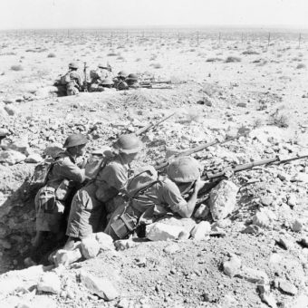 Żołnierze australijscy na pozycjach obronnych pod Tobrukiem.