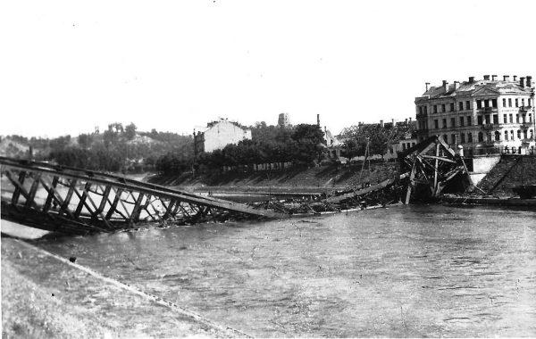 Po przejściu frontu i walkach na terenie miasta Wilno było zrujnowane.