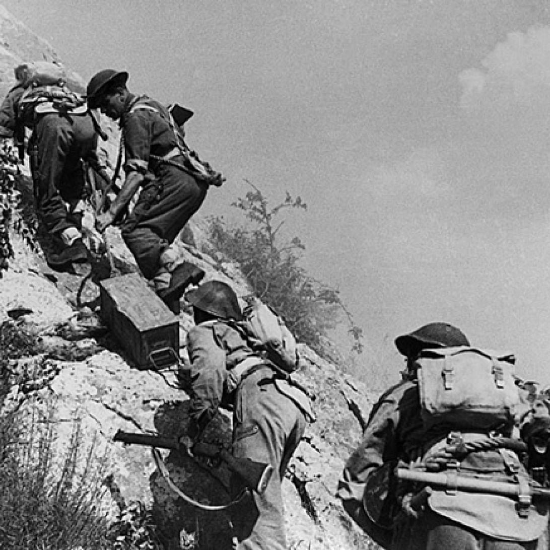 Polscy żołnierze transportujący amunicję na linię frontu tuż przed zdobyciem opactwa.